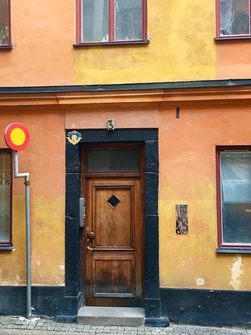 behind door tre