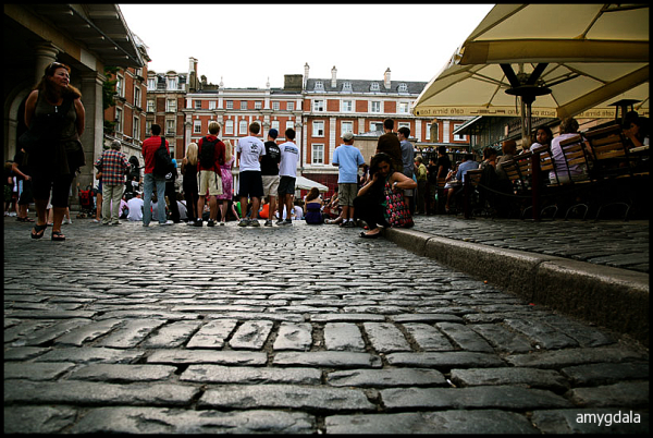 street show, london, audience, cobblestone path