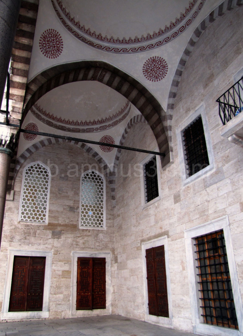 Dans la cour de la Nouvelle mosquée - Istanbul