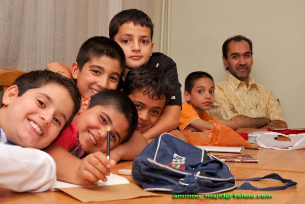 عمو مجید در کنار بچه ها