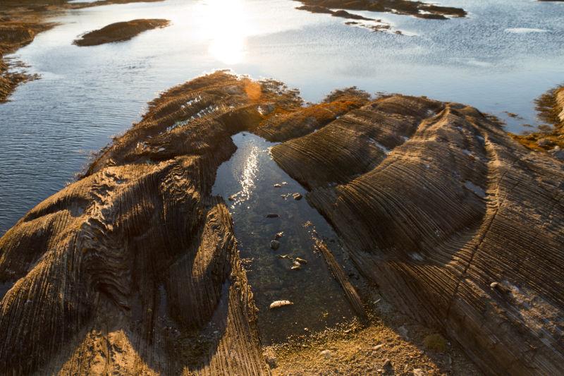 Stream-shaped stone