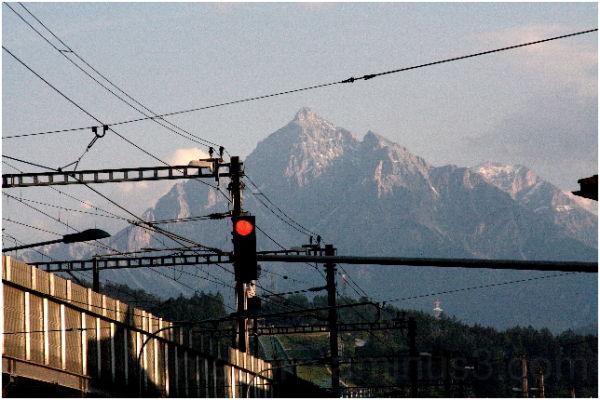 Innsbruck Bahnhof und Serles