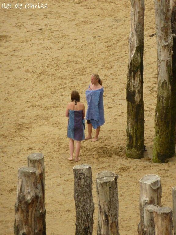 Couple sur la plage avec serviettes bleues