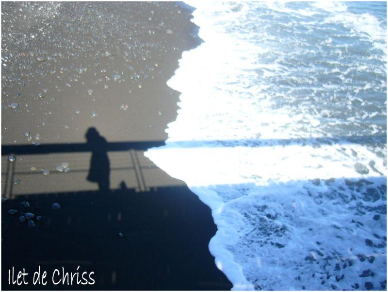 Une ombre sur le sable noir