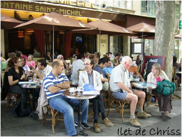 Clients à la terrasse d'un café parisien