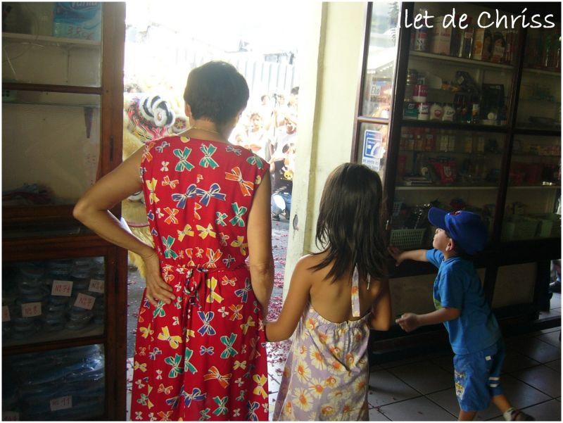 Danse du dragon devant une boutique chinois