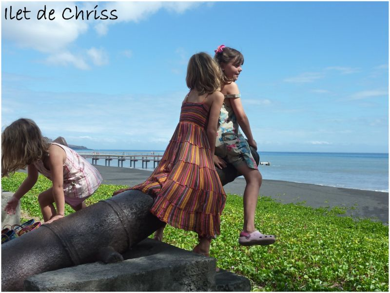 Trois fillettes sur un canon