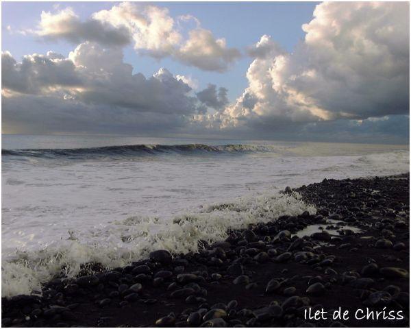 La vague vient mourir sur les galets