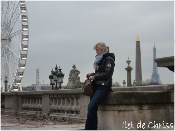 Place de la Concorde à Paris, une femme attend