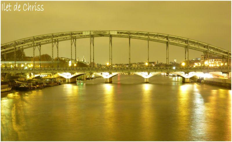Vue d'un pont de Paris la nuit