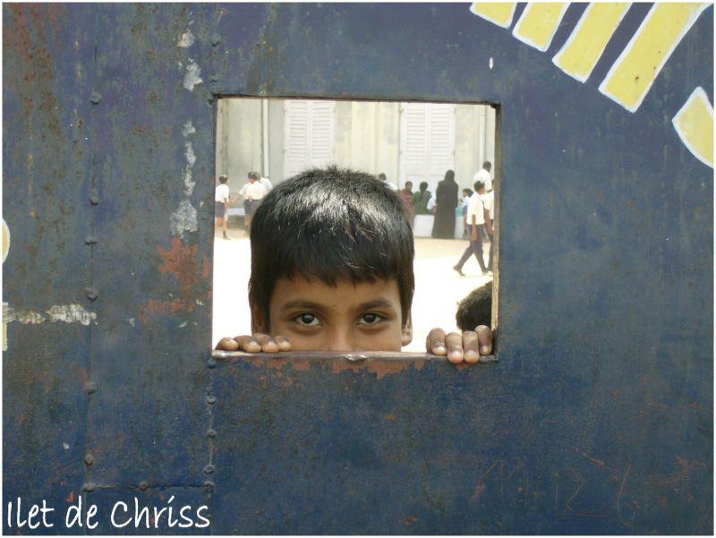 Tête de garçon à travers le portail de l'école