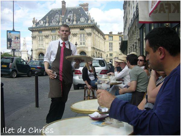 Serveur et terrasse d'un café