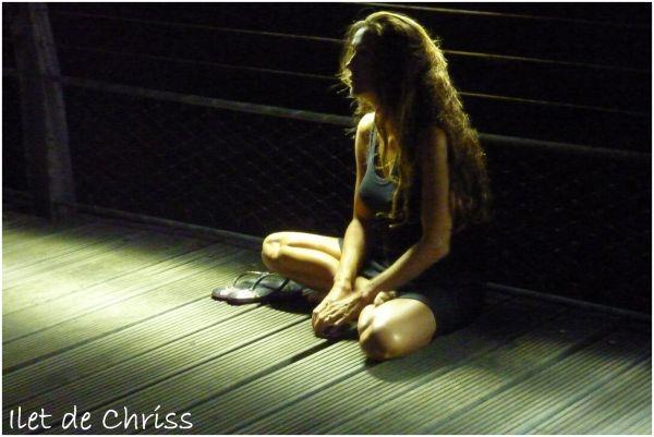 Une femme assise sur le débarcadère
