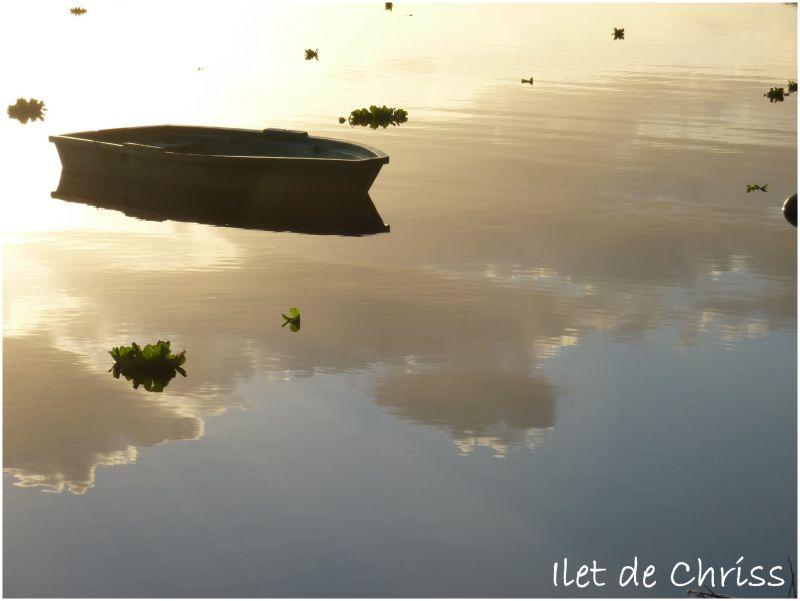 Barque sur l'eau avec le reflet du ciel