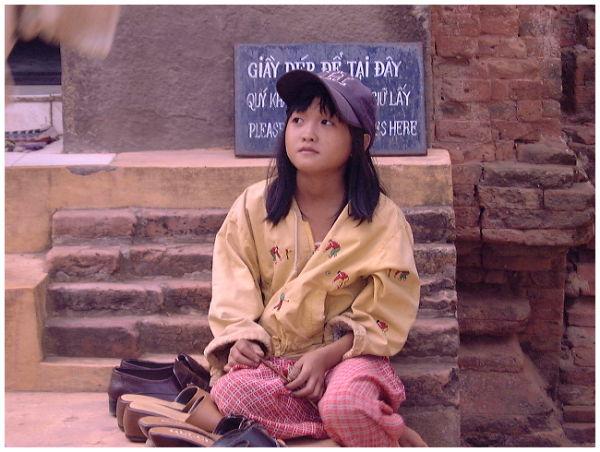Gardienne de chaussures dans un temple