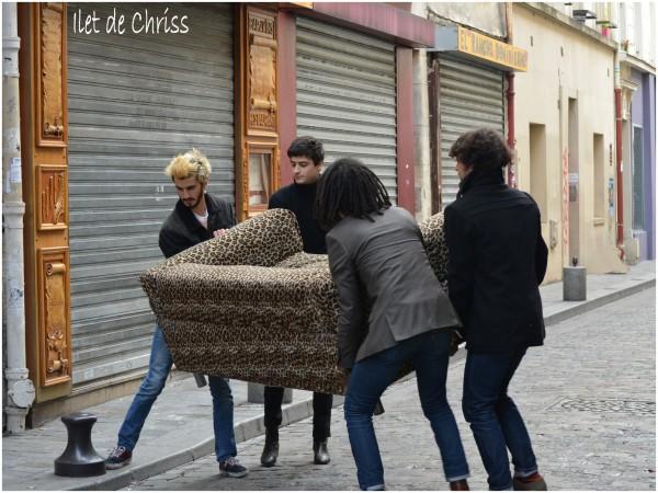 Divan léopard porté par 4 hommes dans la rue