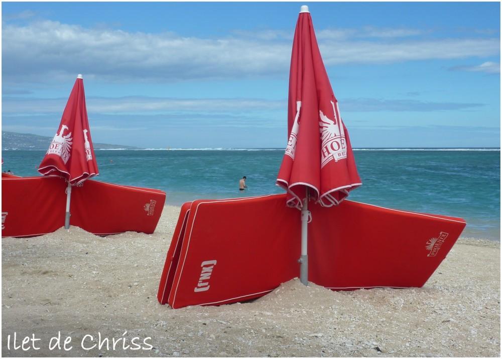 Parasols rouges sur la plage