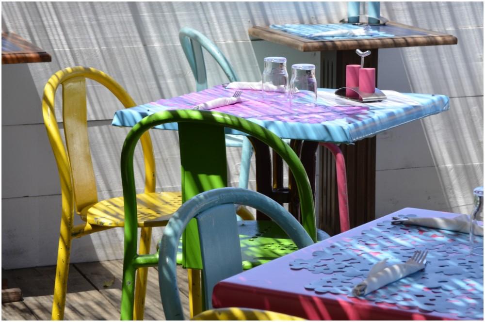 Terrasse colorée d'un restaurant de bord de mer