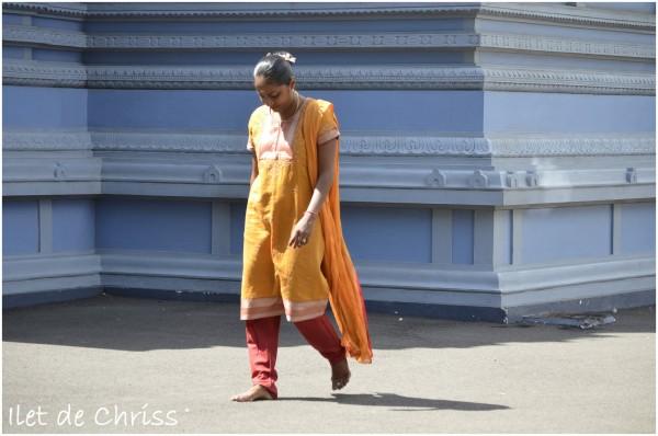 Femme tamoule en prière autour du temple