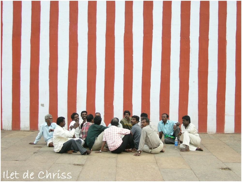 Hommes assis dans un temple hindou