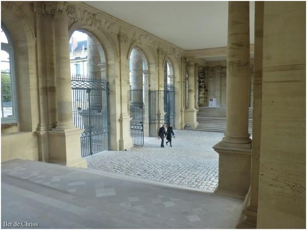 Couple traversant la cour du chateau de Lunéville