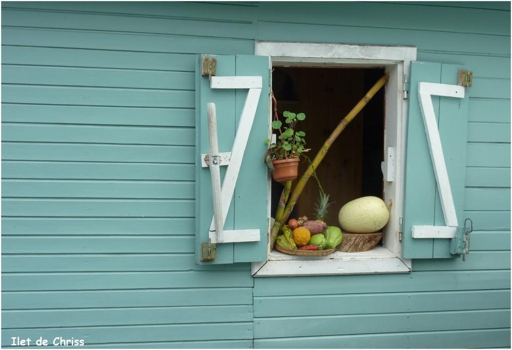 Fenêtre ouverte d'une case créole bleue