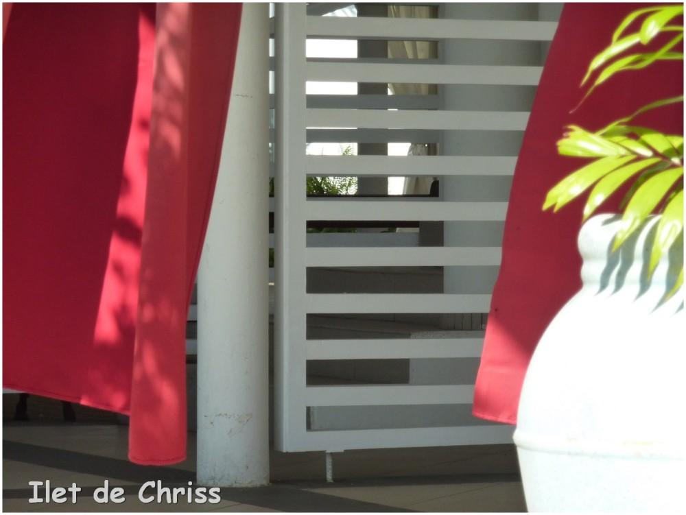 Le vent dans les rideaux rouges
