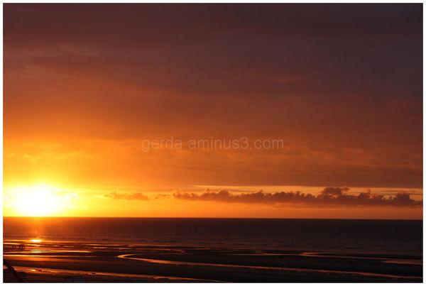 Zonsondergang aan zee.