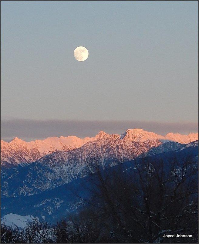 Alpen glow Moon