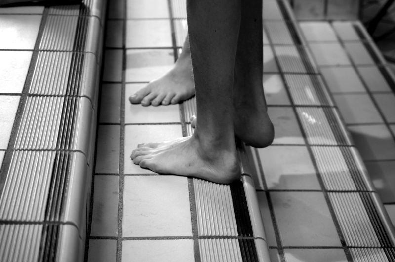 piscine pied carrelage lignes