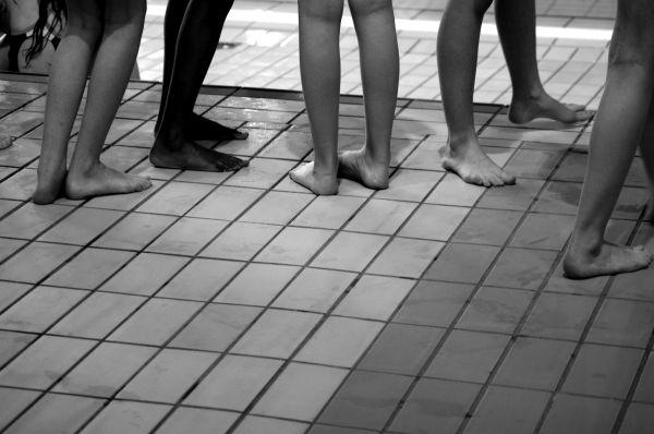 piscine pied carrelage lignes jambes