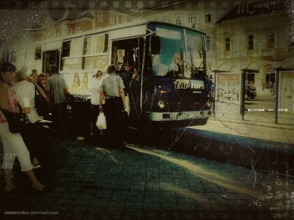la gente sube al autobus