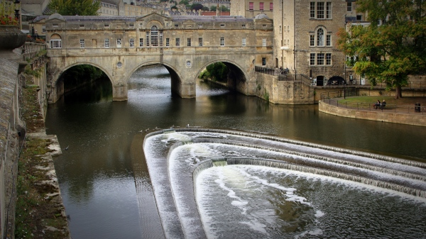 pulteney bridge over the river avon, bath, england