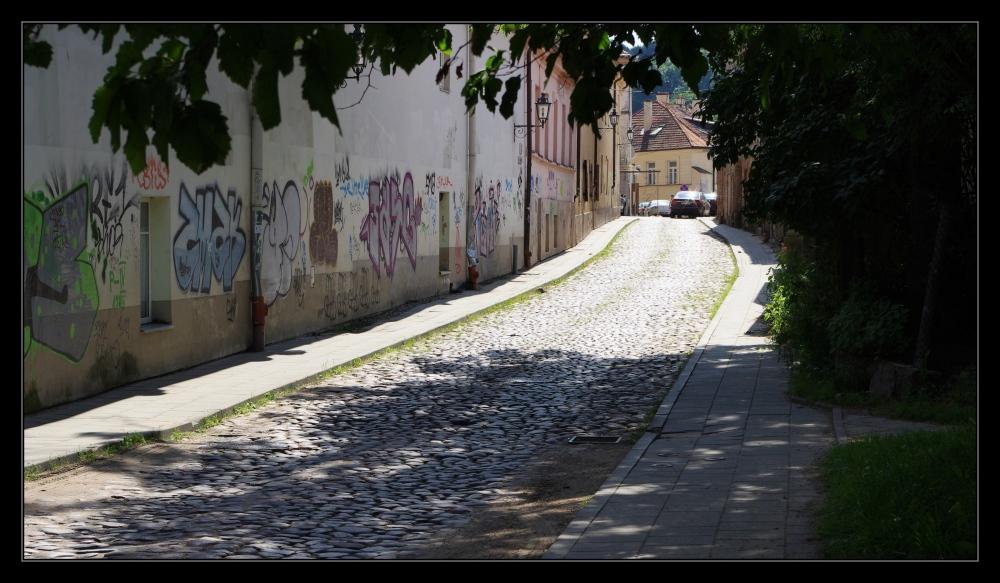 vilnius, old town, narrow street, grafitti, užupis