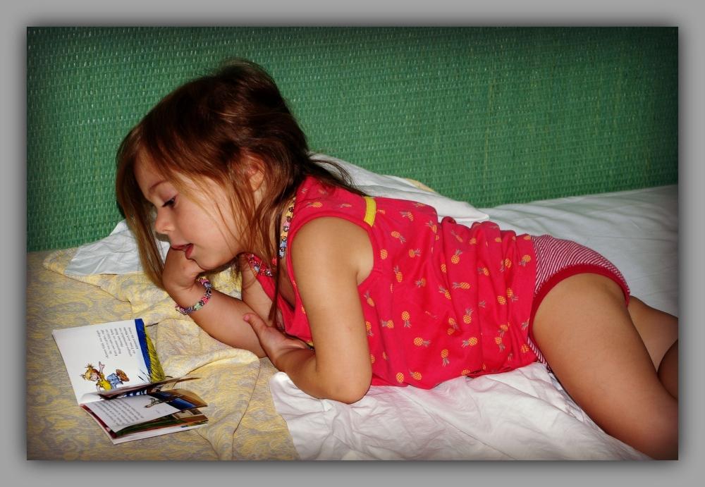 emilia, 47 months old, reading