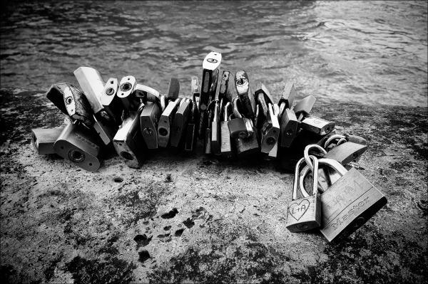 paris, love locks, bw