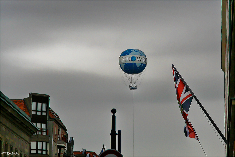 Berlin welt baloon flag sky