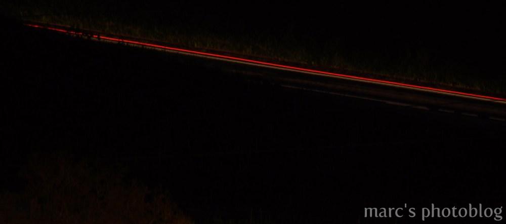 une voiture dans la nuit