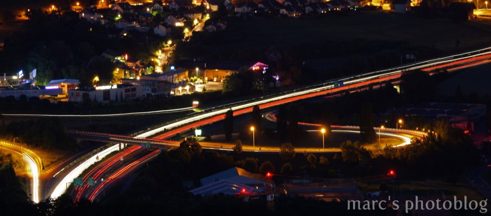 Flot de voitures sur l'autoroute...
