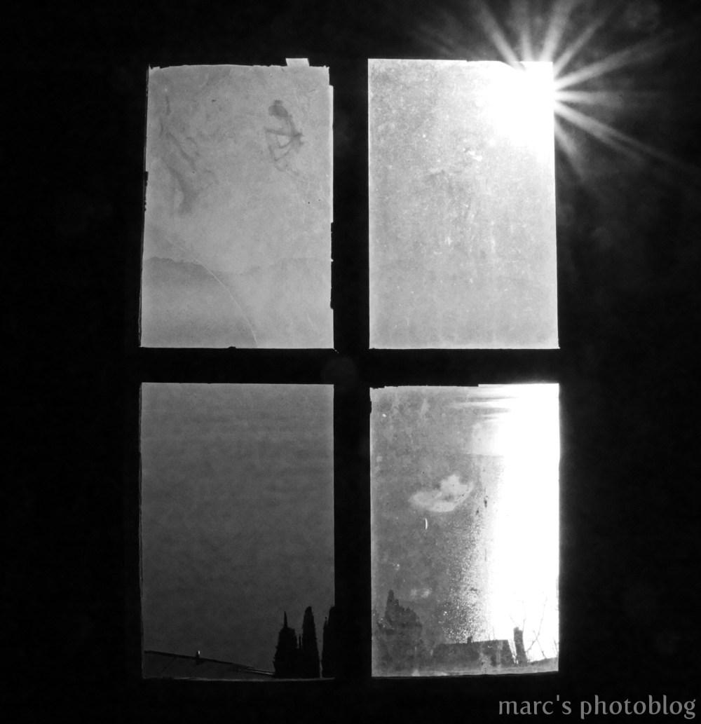 à travers la fenêtre