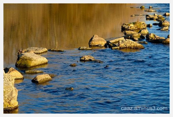 the river pass through the stones