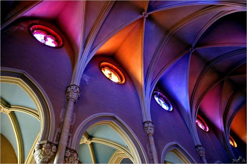 Plafond coloré de l'église de Theizé