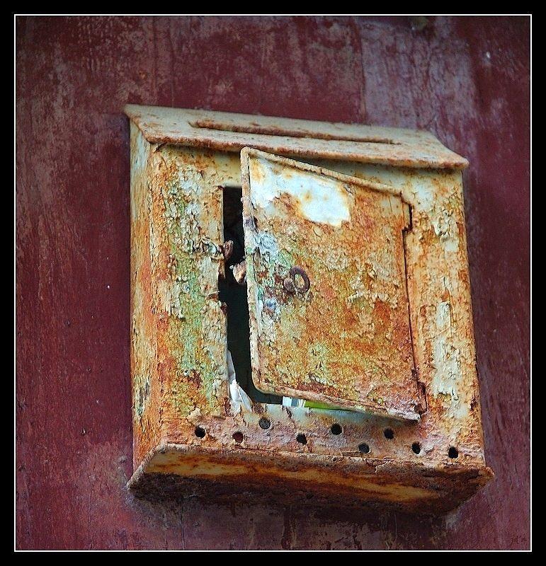 Vieille boîte aux lettres abandonnée