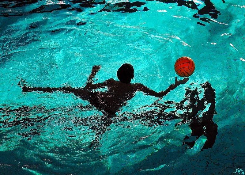 un joueur de water-polo en action