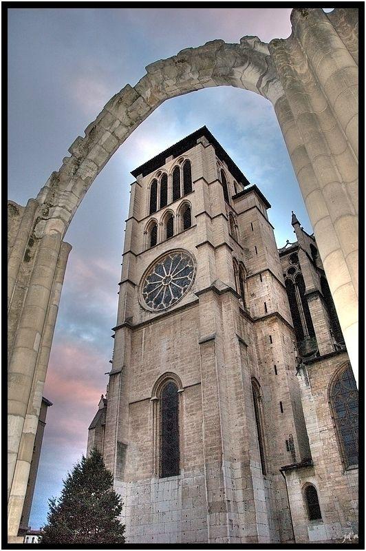 vue partielle de la cathédrale à travers une arche
