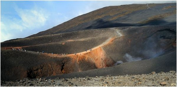 Un groupe de touristes progressant sur une crète