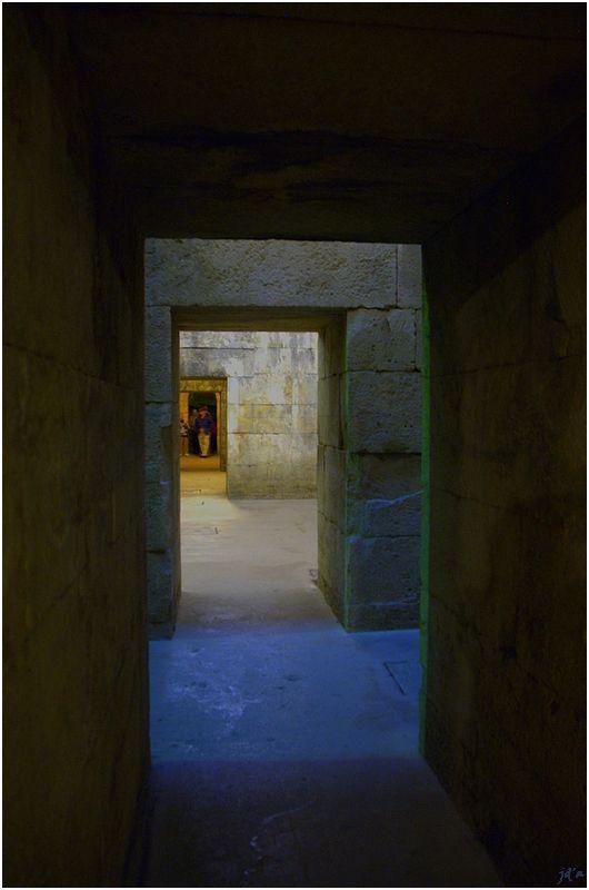 Une enfilade de portes en sous-sol