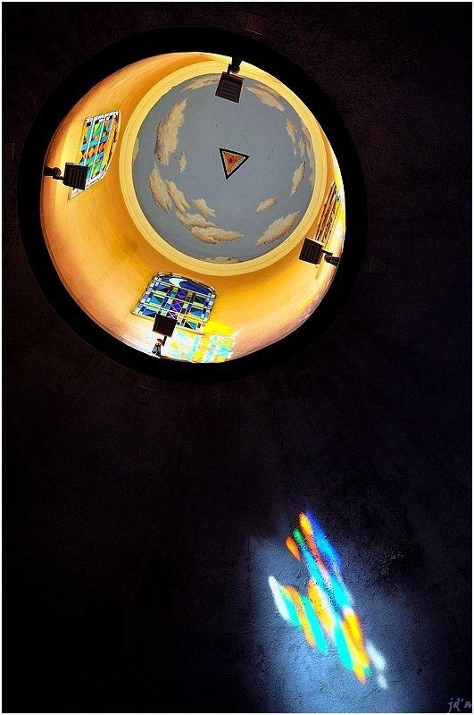 De la lanterne la lumière frappe la coupole