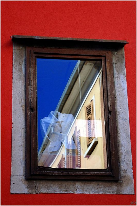 Une petite vitrine evc un chemisier