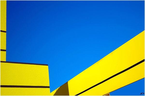Des structures métalliques jaunes sur le ciel